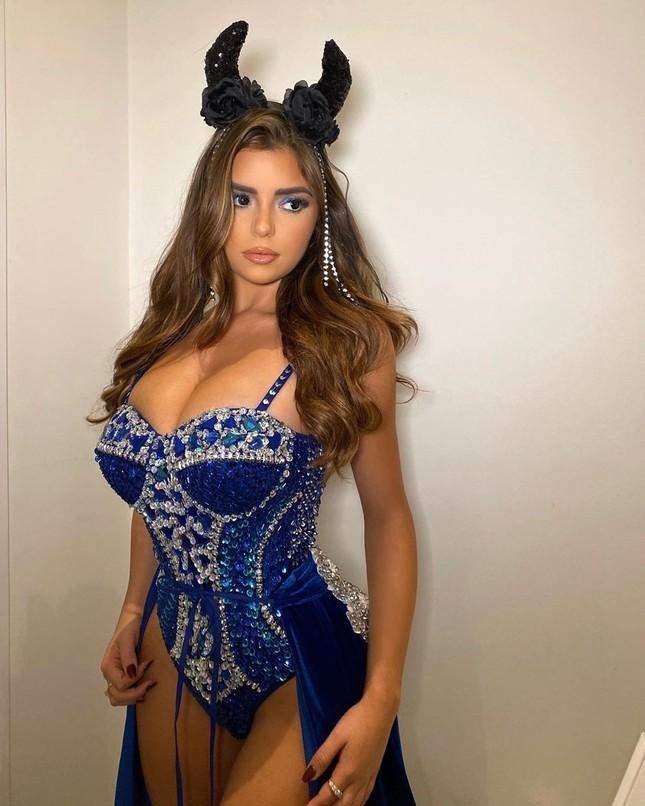 'Kim Kardashian nước Anh' xuống đường nóng bỏng dịp Halloween ảnh 7