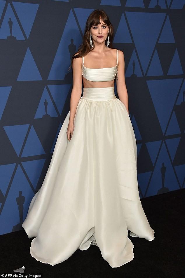 Mỹ nhân '50 sắc thái' Dakota Johnson diện váy hai mảnh đẹp hút hồn ảnh 2