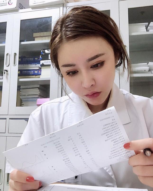 Nữ bác sĩ trở thành hiện tượng mạng vì 'gương mặt thiên thần, thân hình lực sĩ' ảnh 1