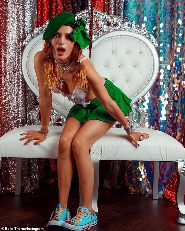Bella Thorne hoá nữ hướng đạo sinh gợi cảm với nội y ren và váy siêu ngắn ảnh 2