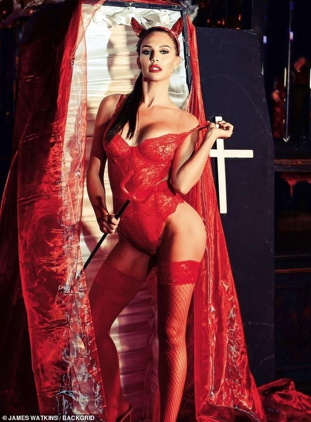 Cựu Hoa hậu Anh tự tin diện nội y ren hoá 'quỷ đỏ' hậu phẫu thuật thẩm mỹ ảnh 1