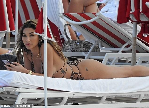 'Đỏ mặt' với bikini da báo siêu bé của nữ DJ Chantel Jeffries ảnh 5