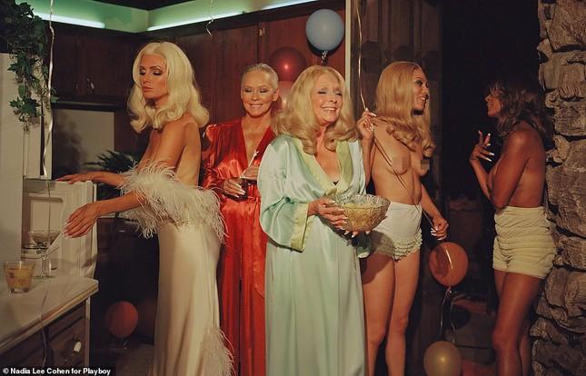 Loạt cựu mẫu Playboy tái xuất trong một khung hình, U70 vẫn tự tin khoả thân ảnh 2