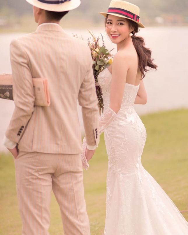 Bạn gái cầu thủ Phan Văn Đức tung ảnh cưới giấu mặt chú rể ảnh 1