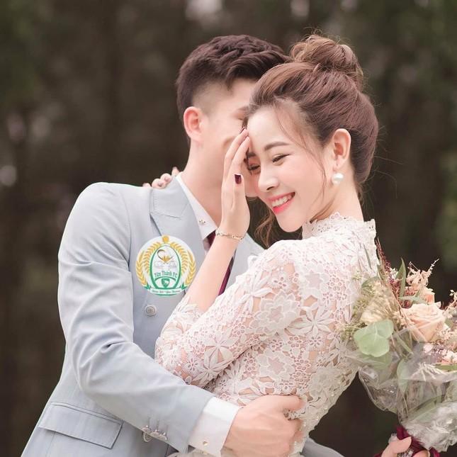 Bạn gái cầu thủ Phan Văn Đức tung ảnh cưới giấu mặt chú rể ảnh 4