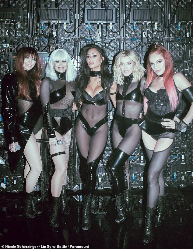 Nicole Scherzinger khoe ngực 'khủng' sau khi bị khiếu nại vì quá hở hang ảnh 7