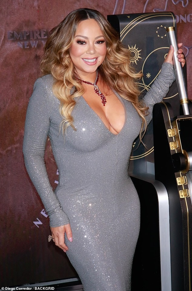 Mariah Carey 'bốc lửa' mừng tuổi 25 của All I Want For Chirstmas Is You ảnh 4