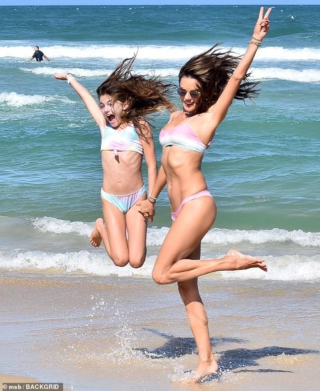 Alessandra Ambrosio mặc bikini đôi với con gái, hôn đắm đuối bạn trai ảnh 4