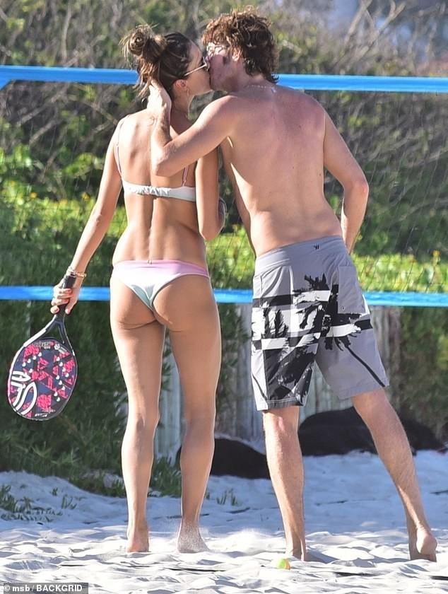 Alessandra Ambrosio mặc bikini đôi với con gái, hôn đắm đuối bạn trai ảnh 6