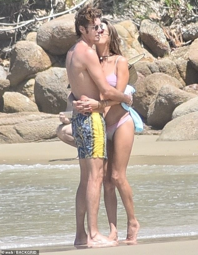 Alessandra Ambrosio mặc bikini đôi với con gái, hôn đắm đuối bạn trai ảnh 5