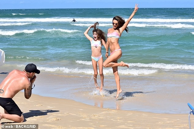 Alessandra Ambrosio mặc bikini đôi với con gái, hôn đắm đuối bạn trai ảnh 3