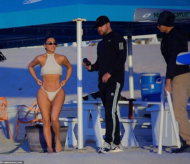 Kim Kardashian khoe 'siêu vòng ba' với bikini hai mảnh, lộ vùng nhạy cảm ảnh 10