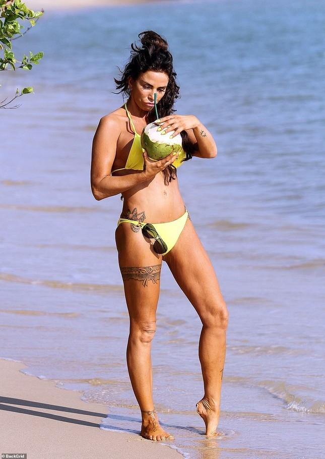 Katie Price diện áo tắm hai mảnh đi dạo bờ biển, vòng một thẩm mỹ gây chú ý ảnh 4