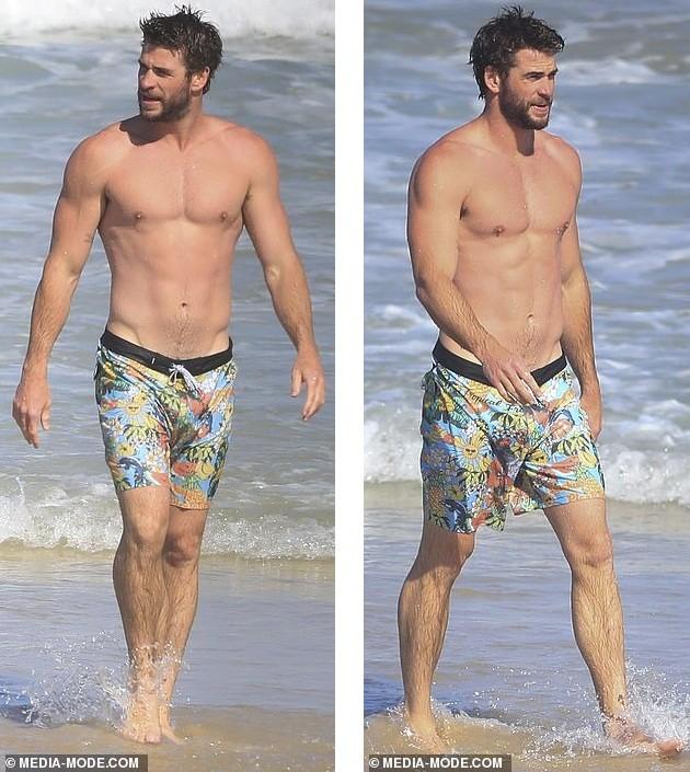 Liam Hemsworth hôn đắm đuối bạn gái người mẫu trên bãi biển ảnh 7