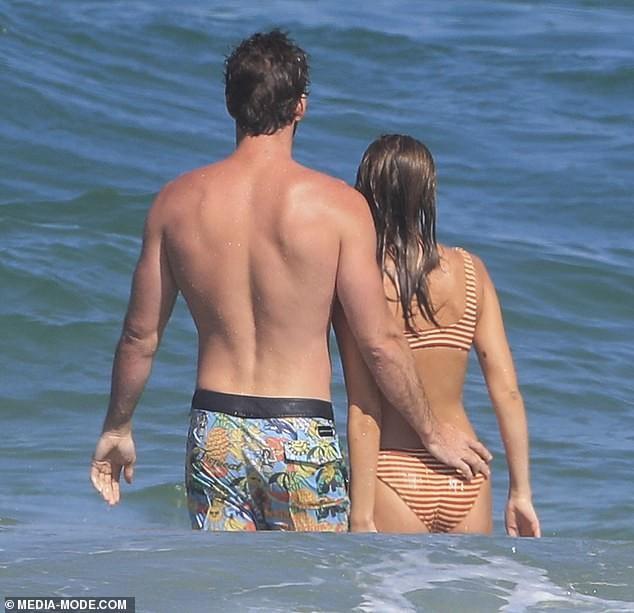 Liam Hemsworth hôn đắm đuối bạn gái người mẫu trên bãi biển ảnh 9