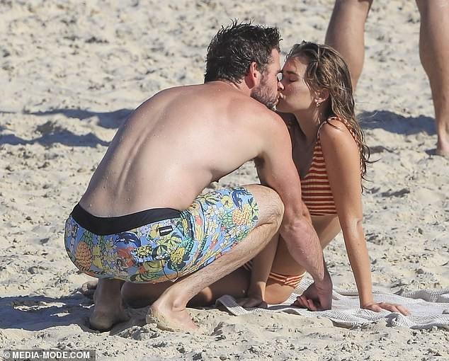 Liam Hemsworth hôn đắm đuối bạn gái người mẫu trên bãi biển ảnh 2