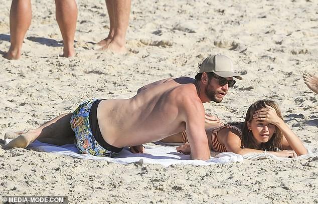 Liam Hemsworth hôn đắm đuối bạn gái người mẫu trên bãi biển ảnh 3
