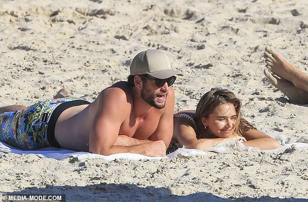 Liam Hemsworth hôn đắm đuối bạn gái người mẫu trên bãi biển ảnh 11