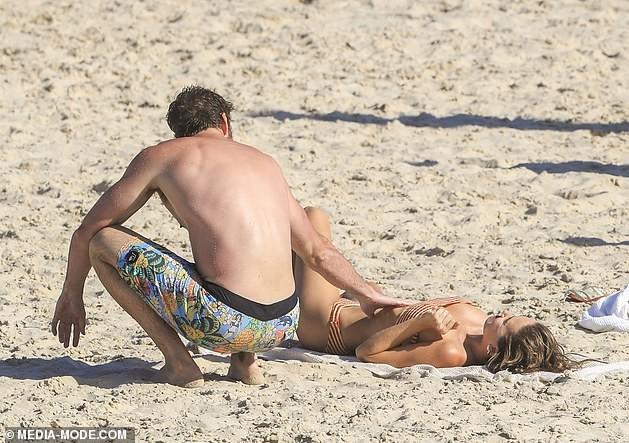 Liam Hemsworth hôn đắm đuối bạn gái người mẫu trên bãi biển ảnh 13