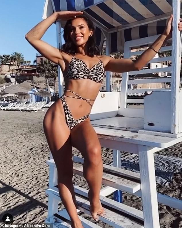 Mỹ nhân Anh gợi cảm khó cưỡng với bikini họa tiết da báo hậu giảm cân ảnh 4
