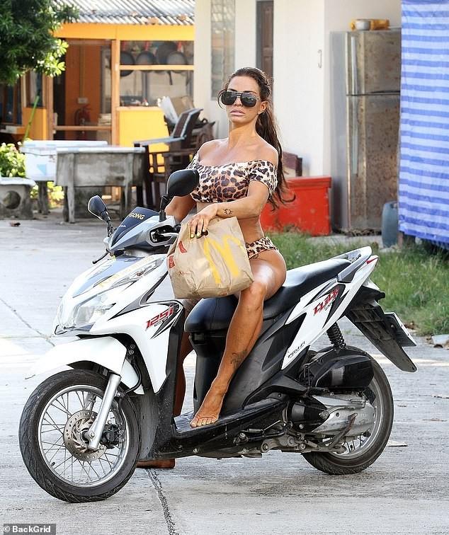 Katie Price mặc bikini, chân trần 'cưỡi' xe máy đi mua đồ ăn nhanh ảnh 4