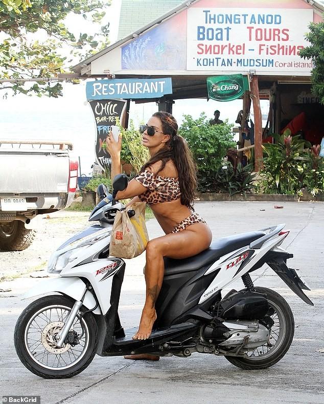 Katie Price mặc bikini, chân trần 'cưỡi' xe máy đi mua đồ ăn nhanh ảnh 7
