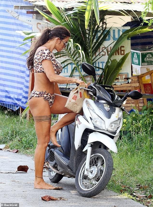 Katie Price mặc bikini, chân trần 'cưỡi' xe máy đi mua đồ ăn nhanh ảnh 9