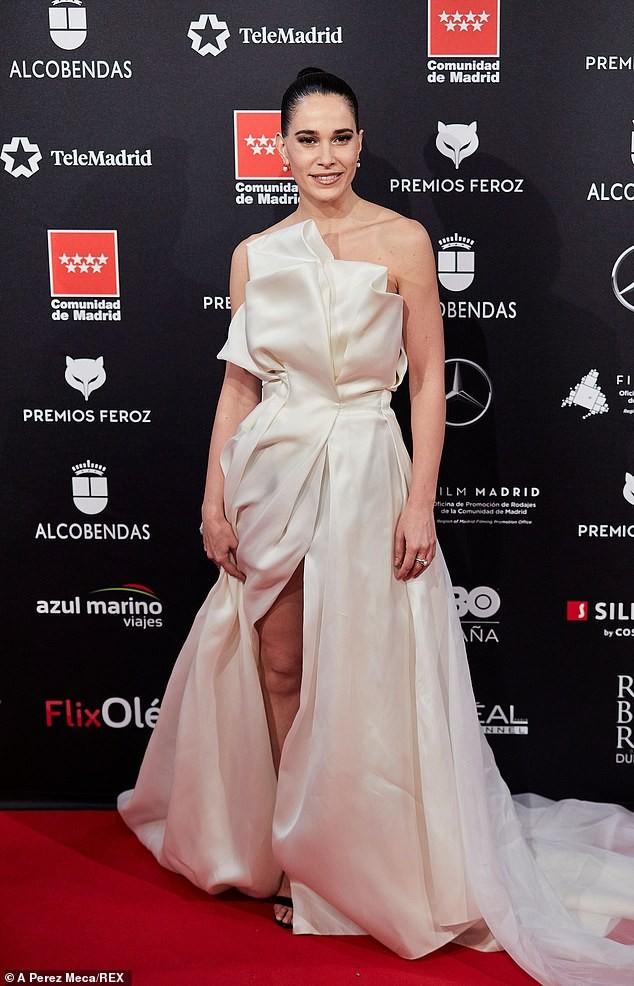 Phấn khích vì phim thắng giải, sao nữ bị tụt váy lộ ngực trên thảm đỏ ảnh 1