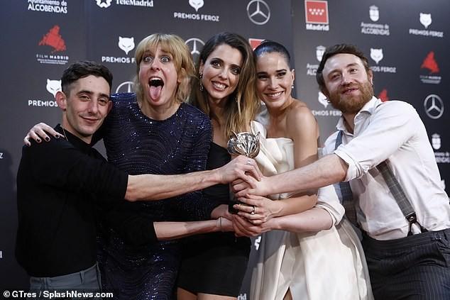 Phấn khích vì phim thắng giải, sao nữ bị tụt váy lộ ngực trên thảm đỏ ảnh 4