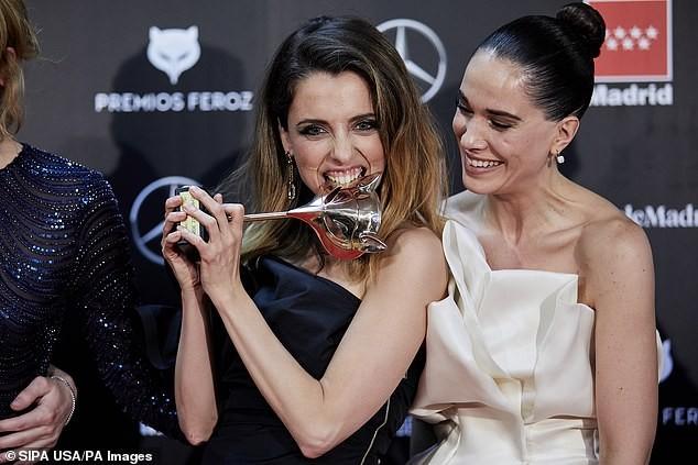 Phấn khích vì phim thắng giải, sao nữ bị tụt váy lộ ngực trên thảm đỏ ảnh 3