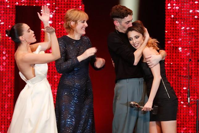 Phấn khích vì phim thắng giải, sao nữ bị tụt váy lộ ngực trên thảm đỏ ảnh 8