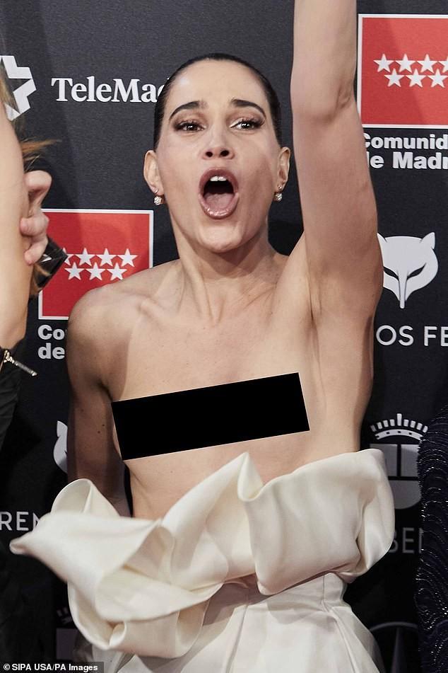 Phấn khích vì phim thắng giải, sao nữ bị tụt váy lộ ngực trên thảm đỏ ảnh 7