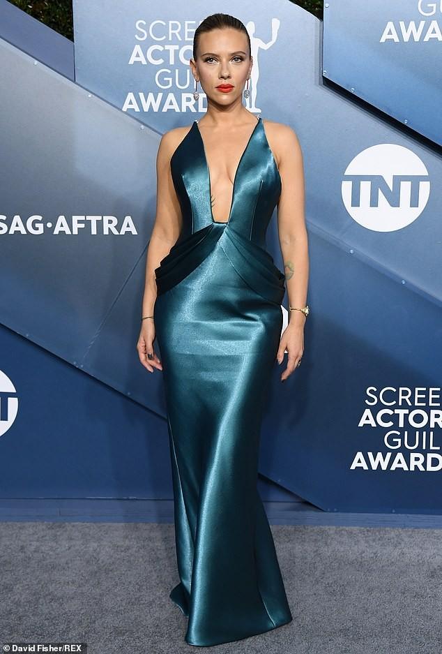 Scarlett Johansson diện đầm 'xẻ ngực, hở lưng' khoe hình xăm ảnh 2