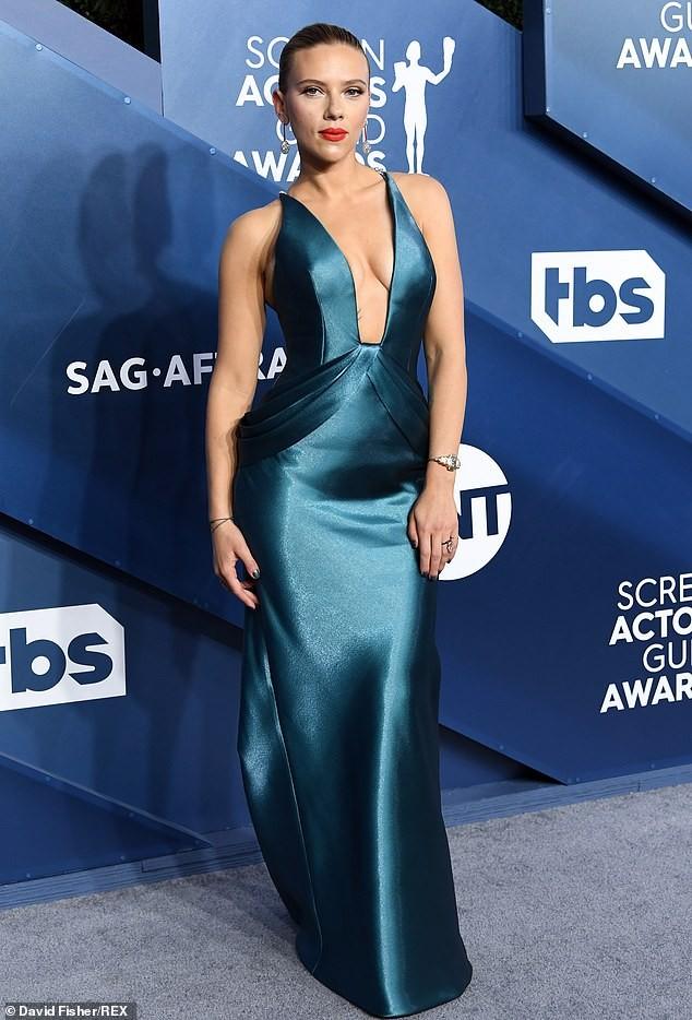 Scarlett Johansson diện đầm 'xẻ ngực, hở lưng' khoe hình xăm ảnh 3