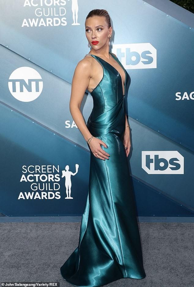 Scarlett Johansson diện đầm 'xẻ ngực, hở lưng' khoe hình xăm ảnh 4
