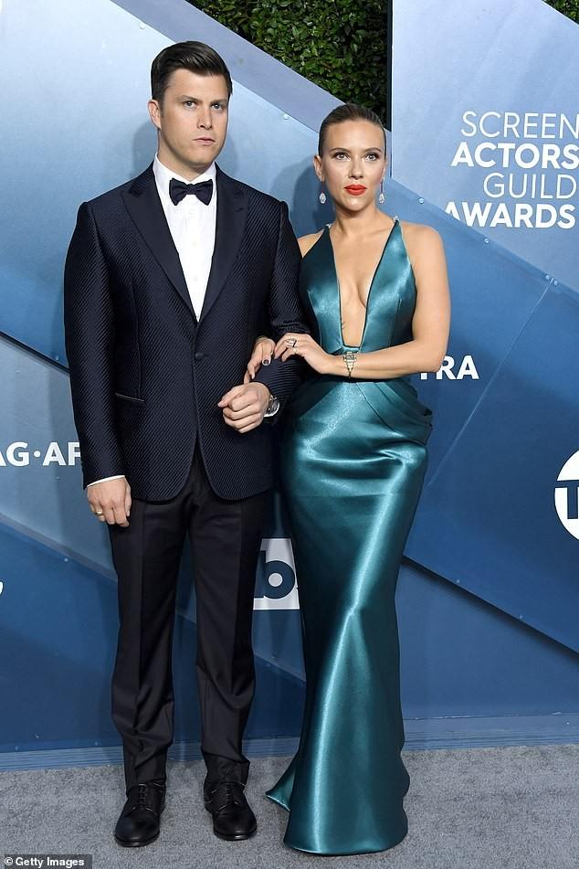 Scarlett Johansson diện đầm 'xẻ ngực, hở lưng' khoe hình xăm ảnh 1