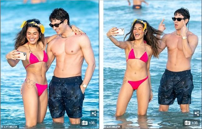 Sao truyền hình Anh hôn đắm đuối bạn gái người mẫu 'bốc lửa' trên bãi biển ảnh 4
