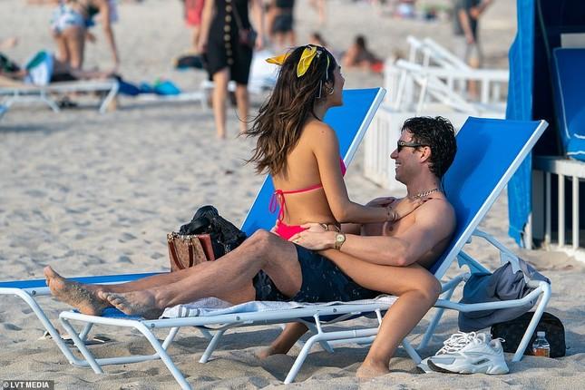 Sao truyền hình Anh hôn đắm đuối bạn gái người mẫu 'bốc lửa' trên bãi biển ảnh 6