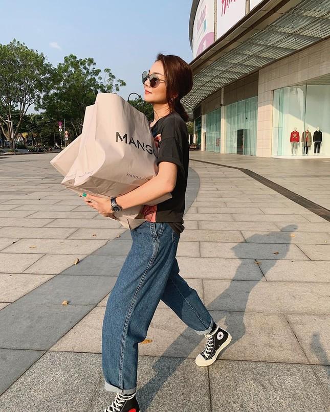 Sao Việt 28 Tết: Hồ Ngọc Hà lên đồ đi ăn phở, Tú Hảo 'quên' buộc dây áo ảnh 1