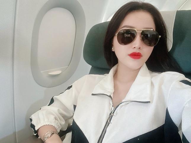 Sao Việt 28 Tết: Hồ Ngọc Hà lên đồ đi ăn phở, Tú Hảo 'quên' buộc dây áo ảnh 6