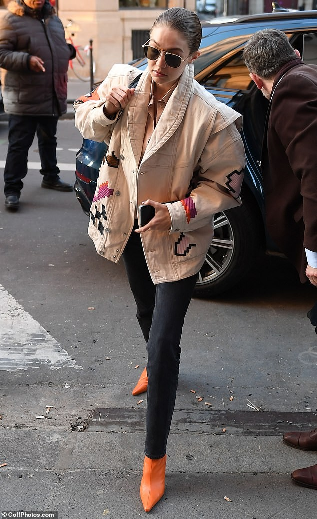 Bella Hadid mặc áo siêu ngắn hở gần hết thân trên, sang chảnh ăn đứt chị gái ảnh 8