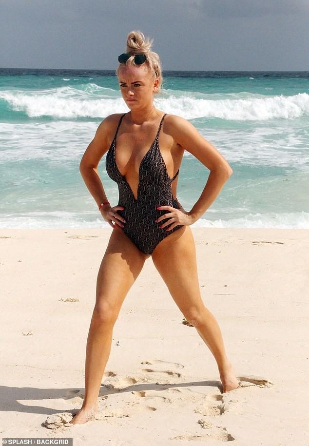 Katie McGlynn diện bikini xẻ sâu hun hút, khoe vòng một 'nhức mắt' ảnh 3