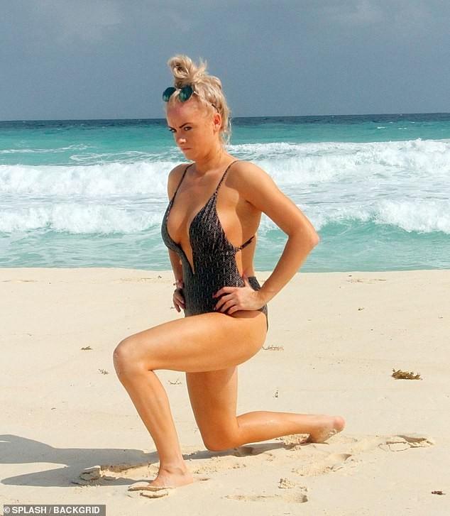 Katie McGlynn diện bikini xẻ sâu hun hút, khoe vòng một 'nhức mắt' ảnh 7