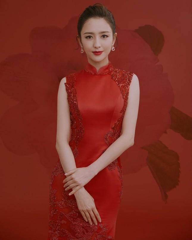 Địch Lệ Nhiệt Ba tươi trẻ, Đồng Lệ Á đẹp 'nín thở' chúc Tết người hâm mộ ảnh 6
