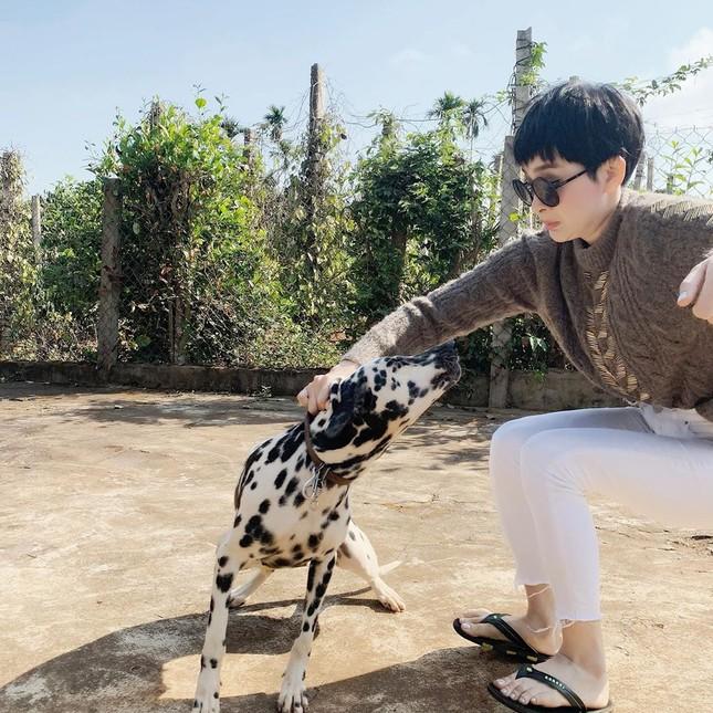 Sao Việt mồng 4 Tết: Hồ Ngọc Hà ôm ấp Lý Quý Khánh giữa tuyết trắng ảnh 10