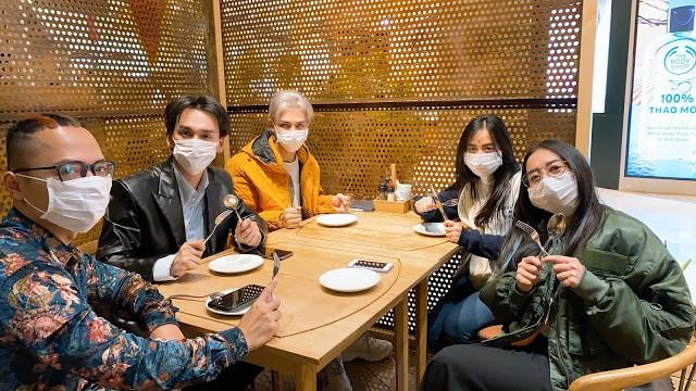 Sao Việt đi chơi Tết giữa 'bão' virus Corona: Ai cũng kín mít khẩu trang ảnh 2