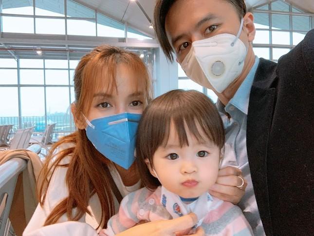 Sao Việt đi chơi Tết giữa 'bão' virus Corona: Ai cũng kín mít khẩu trang ảnh 5