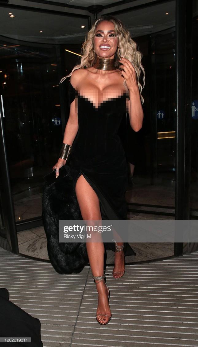 Chloe Sims diện váy trễ vai, phô bày vòng một 'siêu khủng' gây choáng ảnh 6
