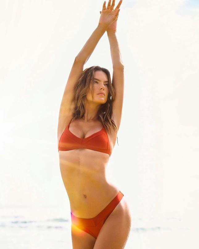 Alessandra Ambrosio tung ảnh bikini 'bỏng rẫy' mừng ngày Galentine ảnh 1