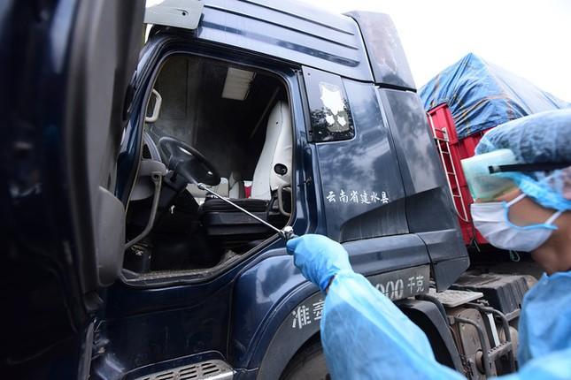 'Biệt đội' trung chuyển container ở cửa khẩu ảnh 6
